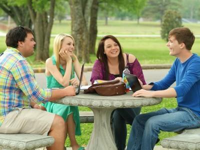 Passer du temps avec des amis positifs
